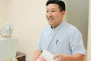 若月歯科クリニック 東大和市 治療説明を行う歯科医師の写真