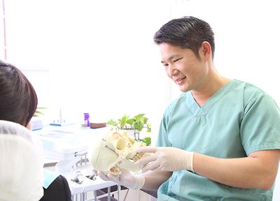 けいびる歯科医院 多摩市 治療説明を行う歯科医師の写真