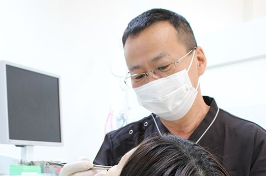 向陽台総合歯科 稲城市 治療を行う歯科医師の写真