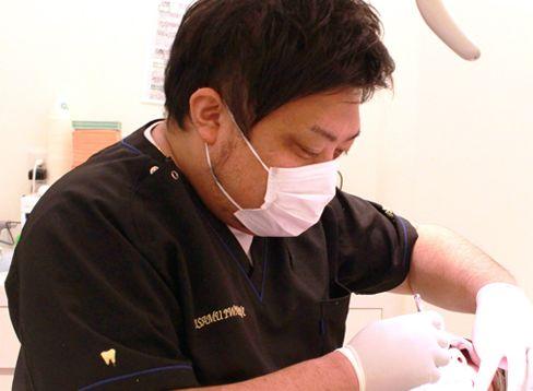 いさむ歯科クリニック 国立市 歯科診療を行う医師の写真