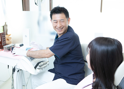 ふるかわ歯科クリニック 福生市 治療説明を行う歯科医師の写真