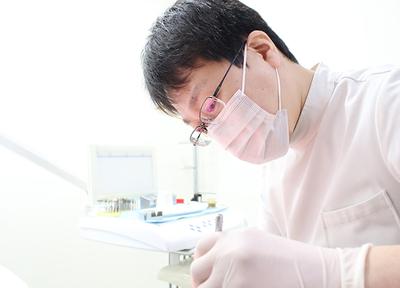 ささき歯科クリニック 昭島市 治療を行う歯科医師の写真