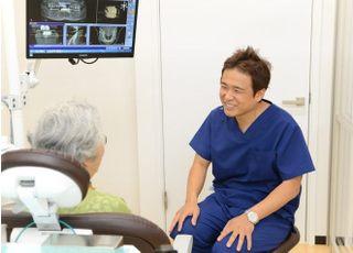 永田歯科医院 立川市 問診を行う歯科医師の写真