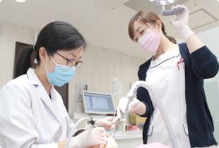 立川さくら歯科クリニック 立川市 治療を行う女性歯科医師の写真