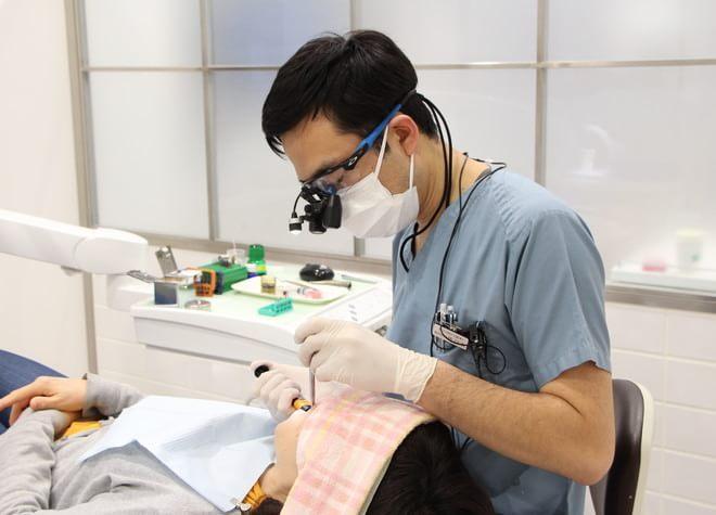 立川南口歯科 治療を行う歯科医師の写真
