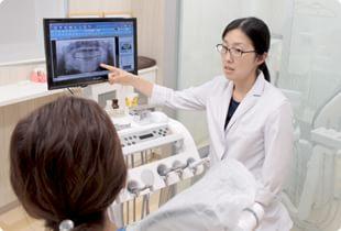 立川さくら歯科クリニック 立川市 治療説明を行う女性歯科医師の写真